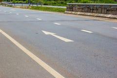 Белая стрелка указывая вперед на дорогу Стоковая Фотография RF