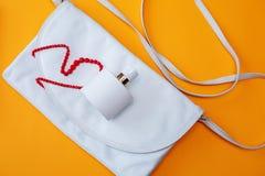 Белая сумка для женщин и бутылки дух Стоковое фото RF