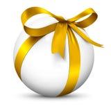 Белая сфера 3D с красивым обернутым золотым пакетом подарка ленты Стоковое фото RF