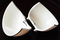 Белая сломанная чашка и сломанные черепки стекла Стоковые Фотографии RF