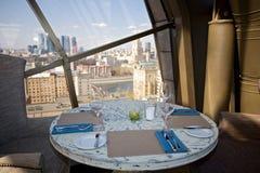 Белая таблица в кафе Стоковая Фотография RF