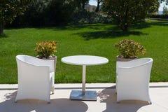 Белая таблица и 2 стуль outdoors Стоковое Фото