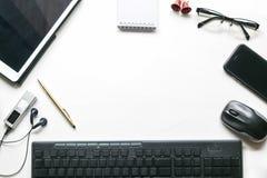Белая таблица стола офиса с современным местом работы технологии Верхняя часть v Стоковое фото RF