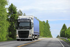 Белая тележка груза Volvo FH на дороге Стоковое Изображение