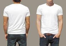 Белая футболка на шаблоне молодого человека Стоковые Изображения RF