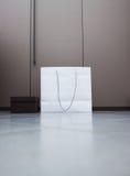 Белая хозяйственная сумка и коричневая коробка Стоковое Фото