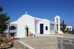 Белая христианская церковь против голубого неба Стоковое Изображение