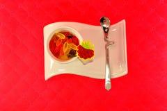 Белая чашка на красивой стойке с мармеладом Стоковое Изображение