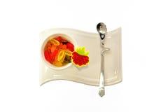 Белая чашка на красивой стойке с мармеладом Стоковые Фотографии RF