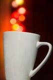 Белая чашка на предпосылке нерезкости bokeh, белая чашка, празднует, день валентинки Стоковые Фотографии RF