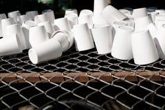 Белая чашка на стальной решетке стоковые изображения rf