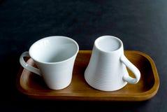 Белая чашка на черной таблице Стоковые Изображения RF