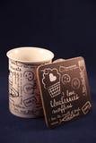 Белая чашка на черном основании стоковое изображение