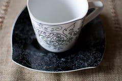 Белая чашка на черном поддоннике Стоковая Фотография RF