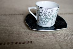 Белая чашка на черном поддоннике Стоковые Изображения RF
