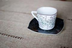 Белая чашка на черном поддоннике Стоковое Изображение