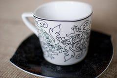 Белая чашка на черном поддоннике Стоковое Изображение RF