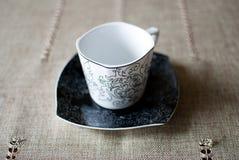 Белая чашка на черном поддоннике Стоковая Фотография