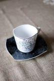Белая чашка на черном поддоннике Стоковые Изображения
