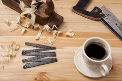 Белая чашка с инструментами кофе старыми Стоковые Изображения RF