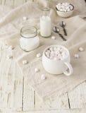 Белая чашка с какао и зефирами, селективным фокусом Стоковая Фотография