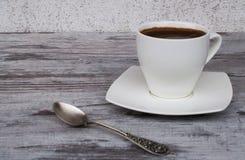 Белая чашка с кофе на светлой предпосылке Стоковая Фотография RF