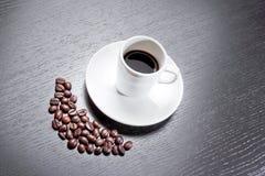 Белая чашка с кофе около кофейных зерен Стоковая Фотография RF
