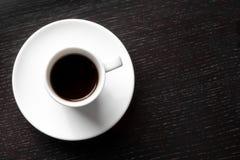 Белая чашка с черным кофе с космосом для текста Стоковое Фото