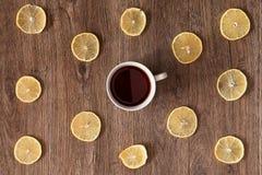 Белая чашка чаю среди кусков лимона Стоковое фото RF