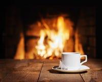 Белая чашка чаю с пакетиком чая на деревянном столе стоковое изображение