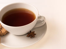 Белая чашка чаю с печеньями Стоковые Изображения