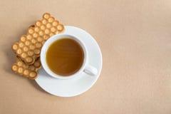 Белая чашка чаю с печеньями Стоковое Изображение