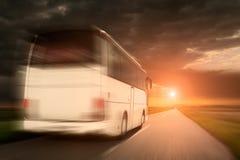 Белая шина в скорости управляя на пустой дороге асфальта стоковое фото