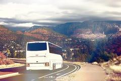 Белая шина туристов загоняя в угол в Sedona Стоковое Фото