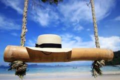 Белая шляпа на пляже под bluesky Стоковые Изображения