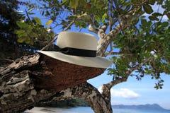 Белая шляпа на пляже Стоковое фото RF
