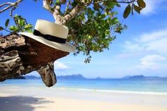 Белая шляпа на пляже Стоковые Изображения RF
