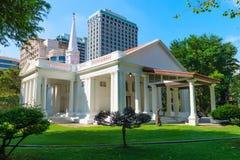 Белая hristian церковь в современном городе Стоковое Изображение RF