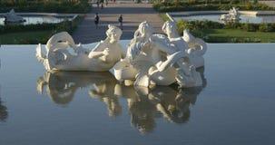 Белая sunlit статуя со своим отражением в воде видеоматериал