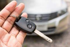 белизна автомобиля предпосылки изолированная рукой ключевая Стоковые Фотографии RF