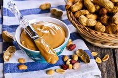 белизна арахиса масла падения масла предпосылки стилизованная Стоковая Фотография RF