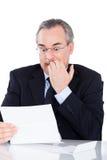 белизна бизнесмена предпосылки изолированная документом читая Стоковое Изображение RF