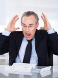 белизна бизнесмена предпосылки изолированная документом читая Стоковые Фото