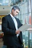 белизна бизнесмена предпосылки изолированная документом читая Стоковое Фото