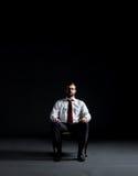 белизна бизнесмена предпосылки кресла сидя Дело и концепция офиса Стоковые Изображения RF