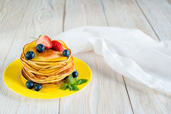 белизна блинчиков еды предпосылки традиционная Стоковое Фото