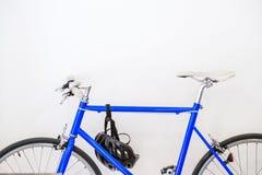 белизна вектора иллюстрации велосипеда предпосылки голубая Стоковое Изображение