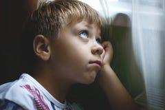 белизна вектора мальчика изолированная иллюстрацией думая Стоковые Изображения