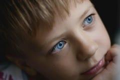 белизна вектора мальчика изолированная иллюстрацией думая Стоковая Фотография