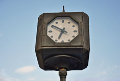 белизна вектора улицы часов предпосылки изолированная иллюстрацией Стоковое Фото